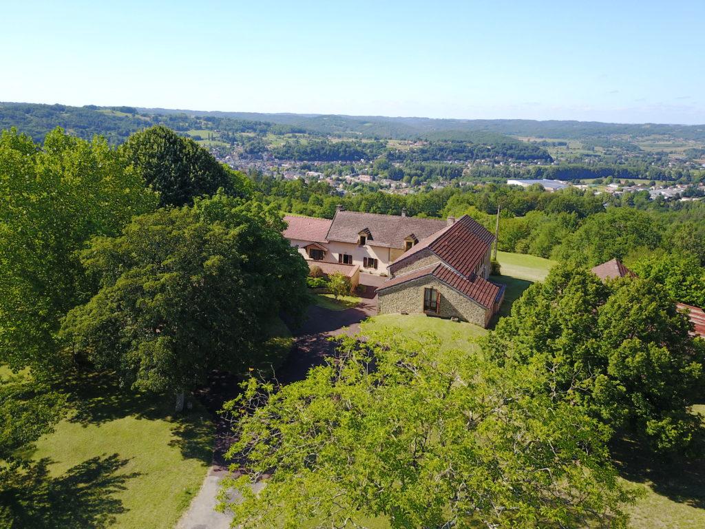 Вид на дом, прилегающую территорию и долину р. Везер, г. Монтиньяк